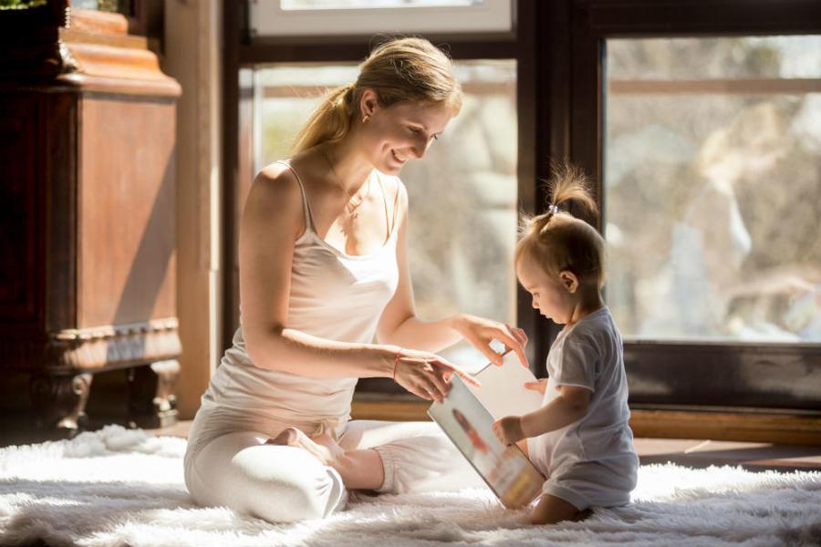 Mor og barn læser bog