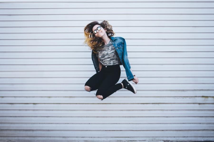 Ung pige der hopper