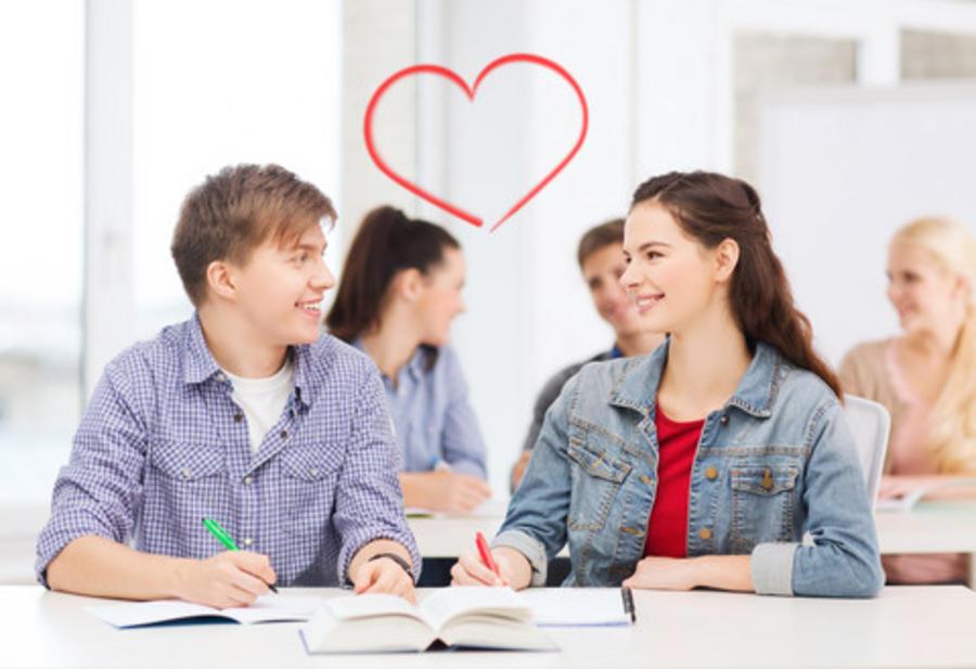 To unge mennesker, der er glade for hinanden