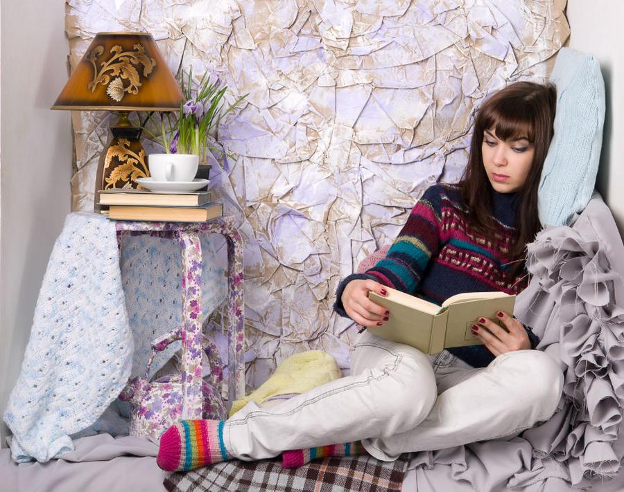 Ung pige der læser i en bog