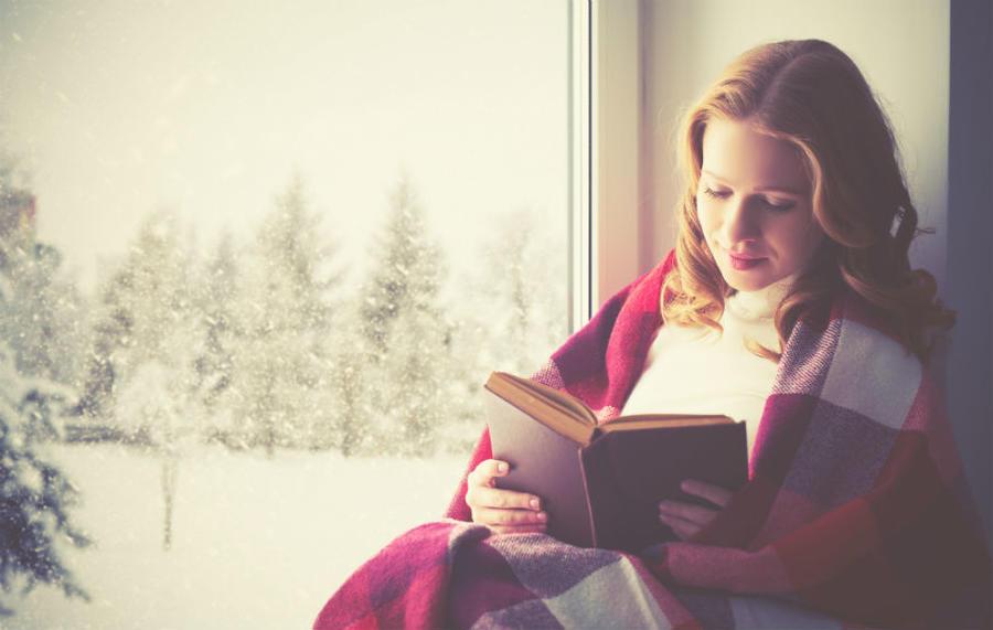 Ung pige læser i en bog
