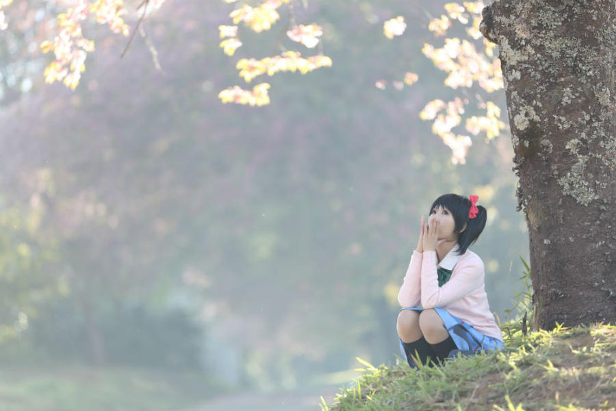 Ung kvinde under et træ